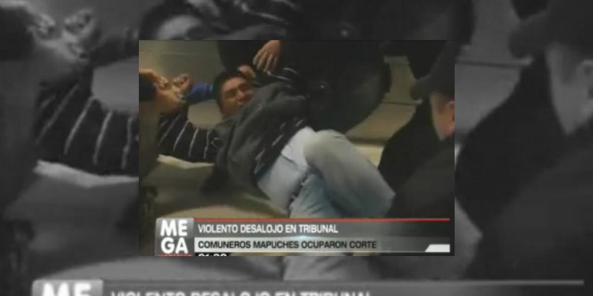 [VIDEO] Mapuches son violentamente desalojados en tribunales de Temuco