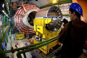 """Imagen de archivo tomada el 22 de marzo de 2007 que muestra el núcleo magnético del CMS, uno de los """"grandes experimentos"""" del Gran Colisionador de Hadrones (LHC), el mayor acelerador de partículas del mundo en Ginebra, Suiza.El Centro Europeo de Física de Partículas (CERN) anunció hoy miércoles 4 de julio de 2012 el descubrimiento de una nueva partícula, con una gran probabilidad de que se trate del buscado """"bosón de Higgs """", aunque todavía no ha podido confirmarlo con certeza científica.El CERN presentó en una conferencia científica en su sede principal los resultados obtenidos hasta el momento por el experimento CMS y ATLAS, en la víspera de una prestigiosa reunión de Física de Altas Energías en Australia Foto:EFE. Imagen Por:"""