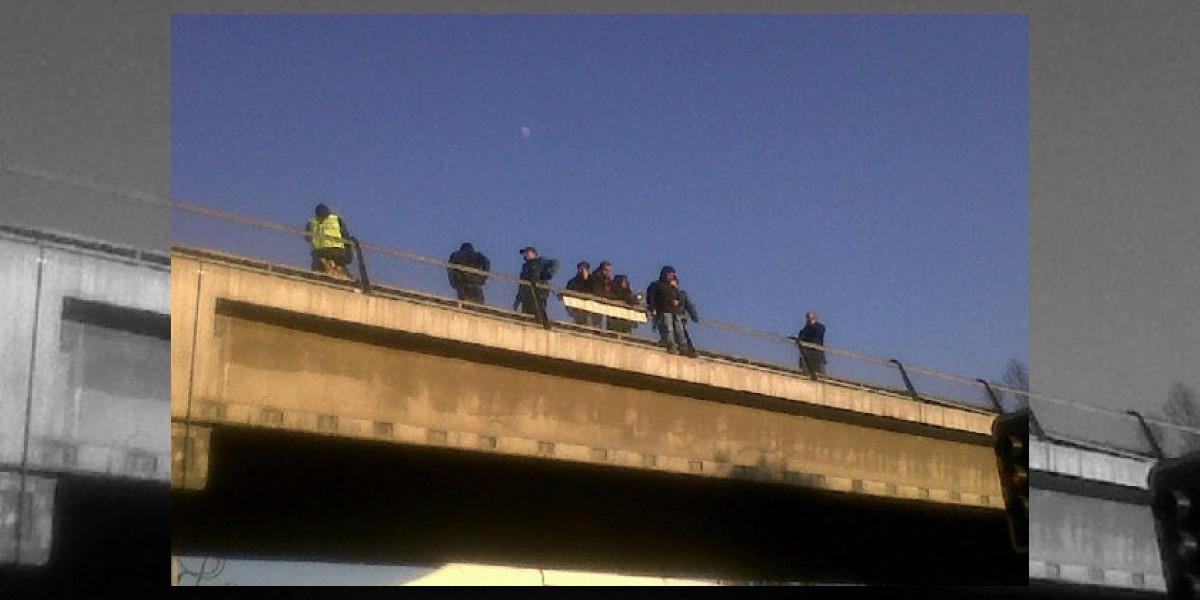 Trabajadores en huelga de KonectaChile se toman vías de Metro de Santiago