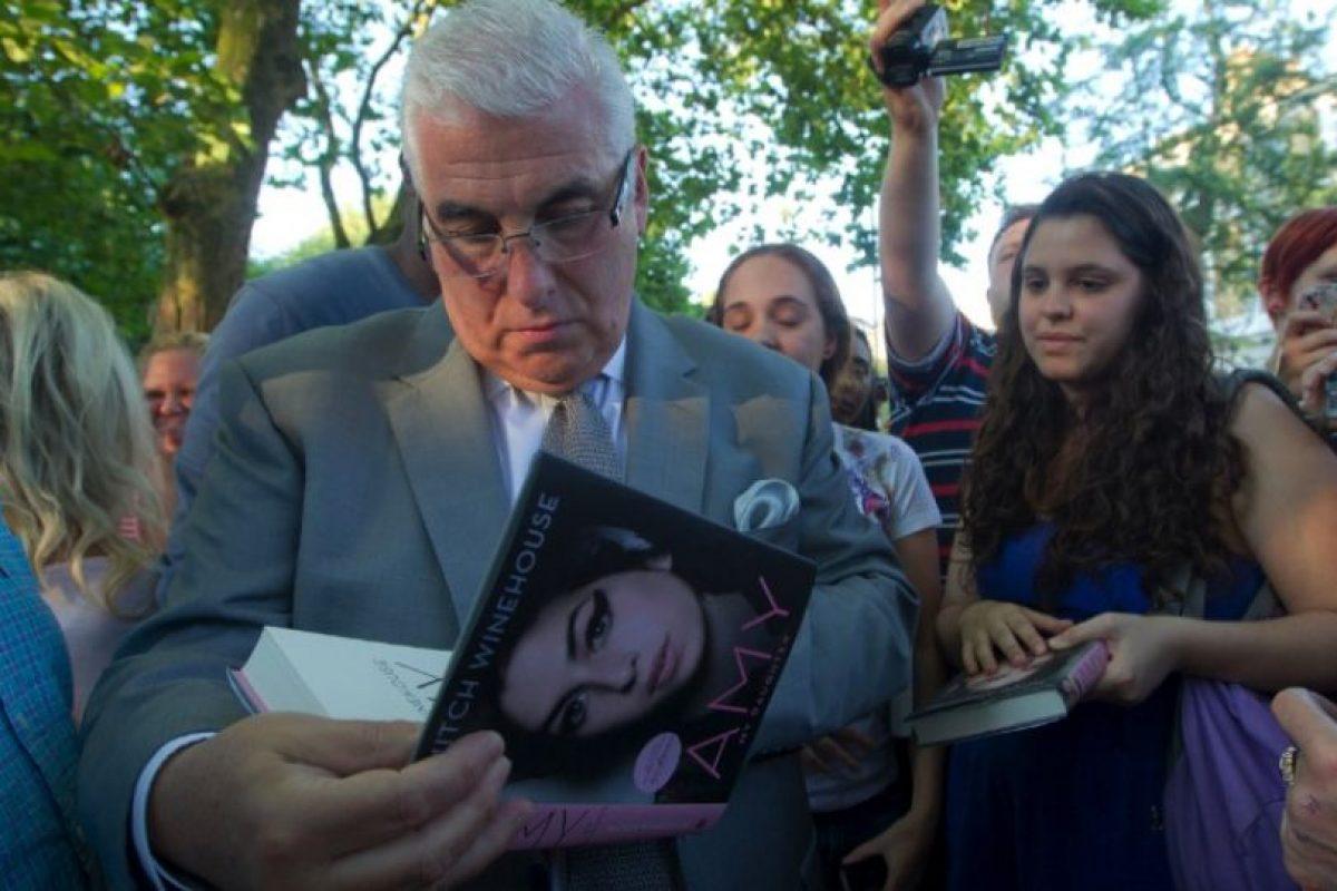 """La familia de la cantante Amy Winehouse recordó a su hija al cumplirse un año de su muerte. Sus padres dejaron un mensaje en la página web de la británica en el que subrayan que Amy fue una artista que perdió la vida a """"una edad ridículamente temprana"""", a los 27 años. El padre de la cantante, Mitch Winehouse, admitió los difíciles momentos vividos con motivo de la publicación del libro dedicado a ella y que apareció bajo el título """"Amy, mi hija"""".. Imagen Por:"""