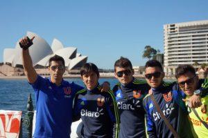 Una imagen de jugadores de Universidad de Chile con el famoso Opera House de Sidney de fondo. Los azules se encuentran en Australia preparando el partido que disputará el 1 de agosto en Japón contra el Kashima Antlers por la Copa Suruga Bank.. Imagen Por: