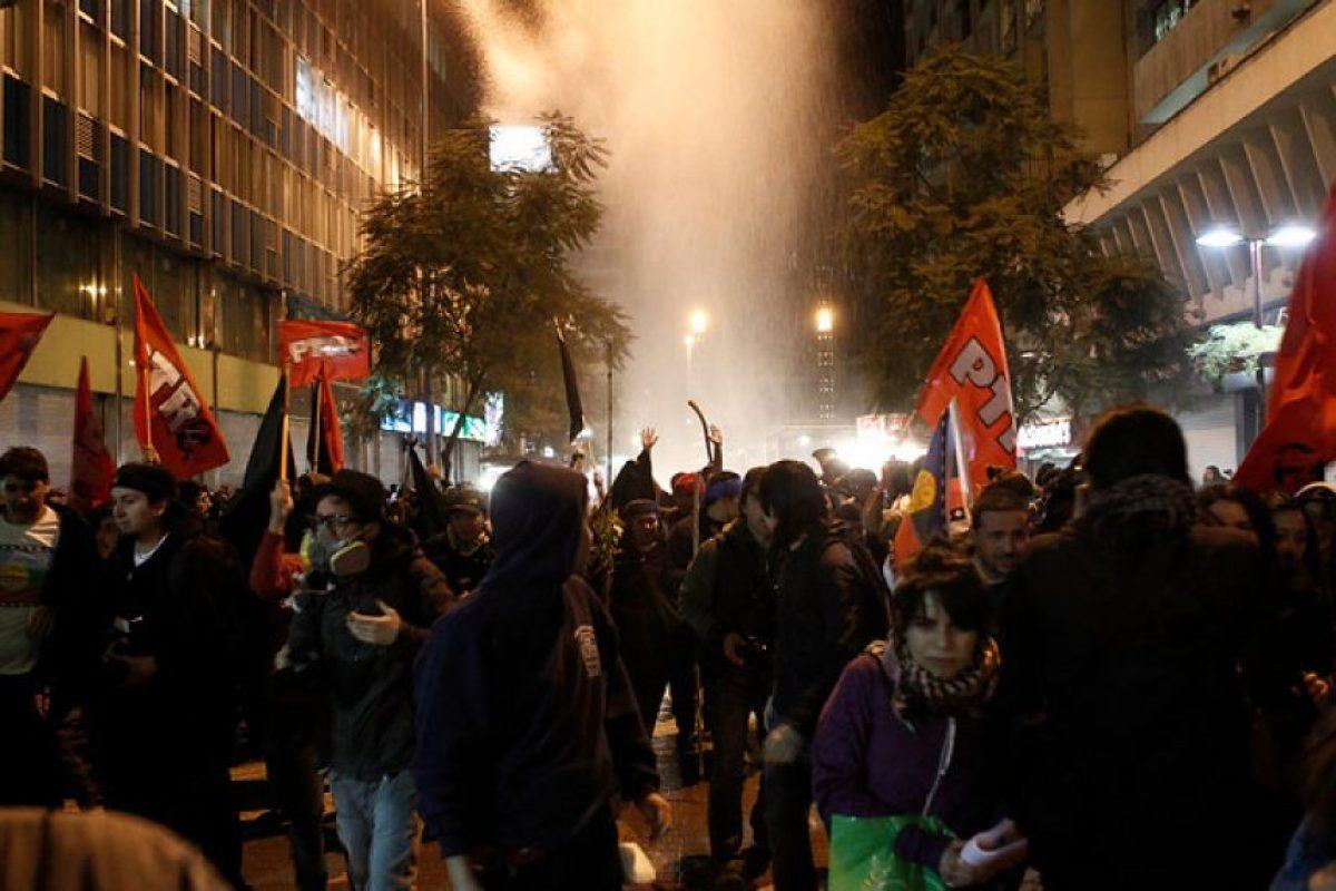 Se llevo a cabo una manifestación en apoyo al pueblo mapuche en Alameda. Carabineros dispersó a los manifestantes con carros lanza aguas y gas lagrimógeno. Foto:Agencia Uno. Imagen Por: