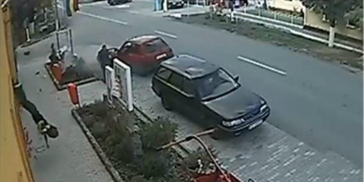 VIDEO: Motociclista sale volando luego de chocar un auto estacionado