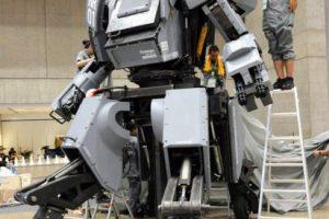 Podría convertirse en el nuevo juguete favorito de los millonarios. El Kurata KR01 es un robot de casi 4 metros de alto y fue fabricado por el artista Kogoro Kurata. Este robot, el primero piloteable, apareció en la última edición del Wonder Festival 2012, realizada en Tokio y tendrá un valor de 1 millón 800 mil dólares.. Imagen Por: