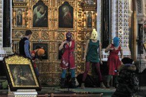 El pasado 21 de febrero las encapuchadas componentes de Pussy Riot penetraron en una zona restringida del altar, donde se desprendieron de varias de sus prendas y comenzaron a tocar la guitarra eléctrica, a cantar y a bailar en ropa interior.. Imagen Por: