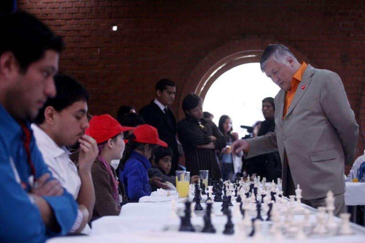 Esta mañana los niños de la Teletón jugaron de manera simultánea un partido de ajedrez con el ex campeón mundial ruso, Anatoly Karpov, quien con esto, cierra su agenda de actividades en Chile.. Imagen Por: