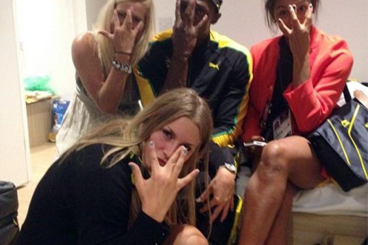 """Mientras Usain Bolt clasificó hoy """"trotando"""" a las semifinales de los 200 metros planos en Londres 2012, este martes se dieron a conocer unas imágenes del jamaiquino con tres bellas suecas en su habitación tras imponerse en los 100 metros. Las integrantes del equipo de handbol señalaron que el velocista """"en ningún momento se propasó, estuvo amable y simpático""""…. Imagen Por:"""