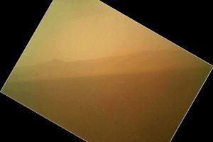 El robot explorador Curiosity, que aterrizó en la madrugada del lunes en Marte, envió a la Tierra sus primeras fotografías a color del Planeta Rojo. En la nueva tanda de imágenes se puede ver una superficie aparentemente terrosa en tonos ocres y anaranjados que reflejan lo que vio Curiosity, según se acercaba a la superficie marciana.. Imagen Por: