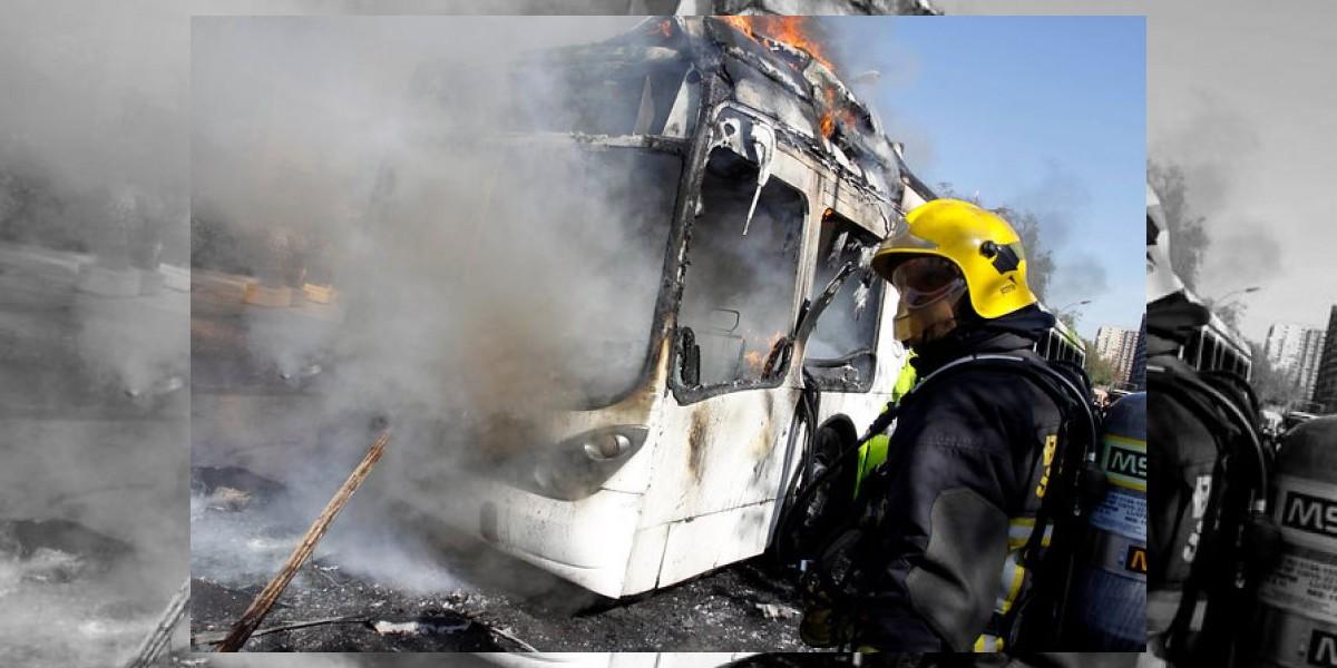 Menor de 14 años será formalizado por quema de bus del Transantiago en la marcha