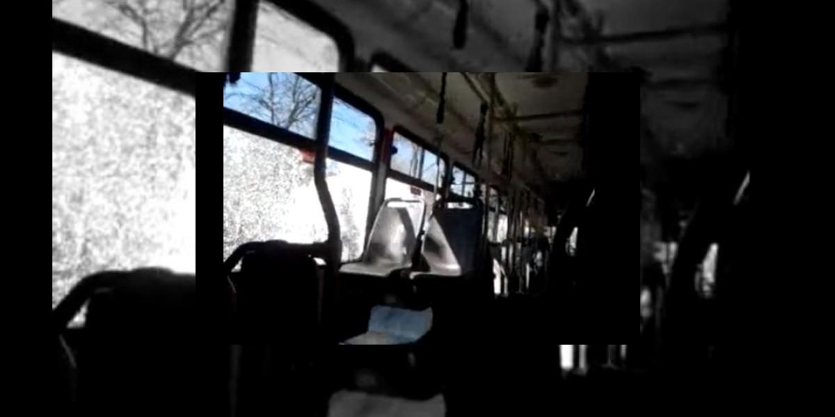 Pasajero graba dramáticos momentos al interior de un Transantiago atacado