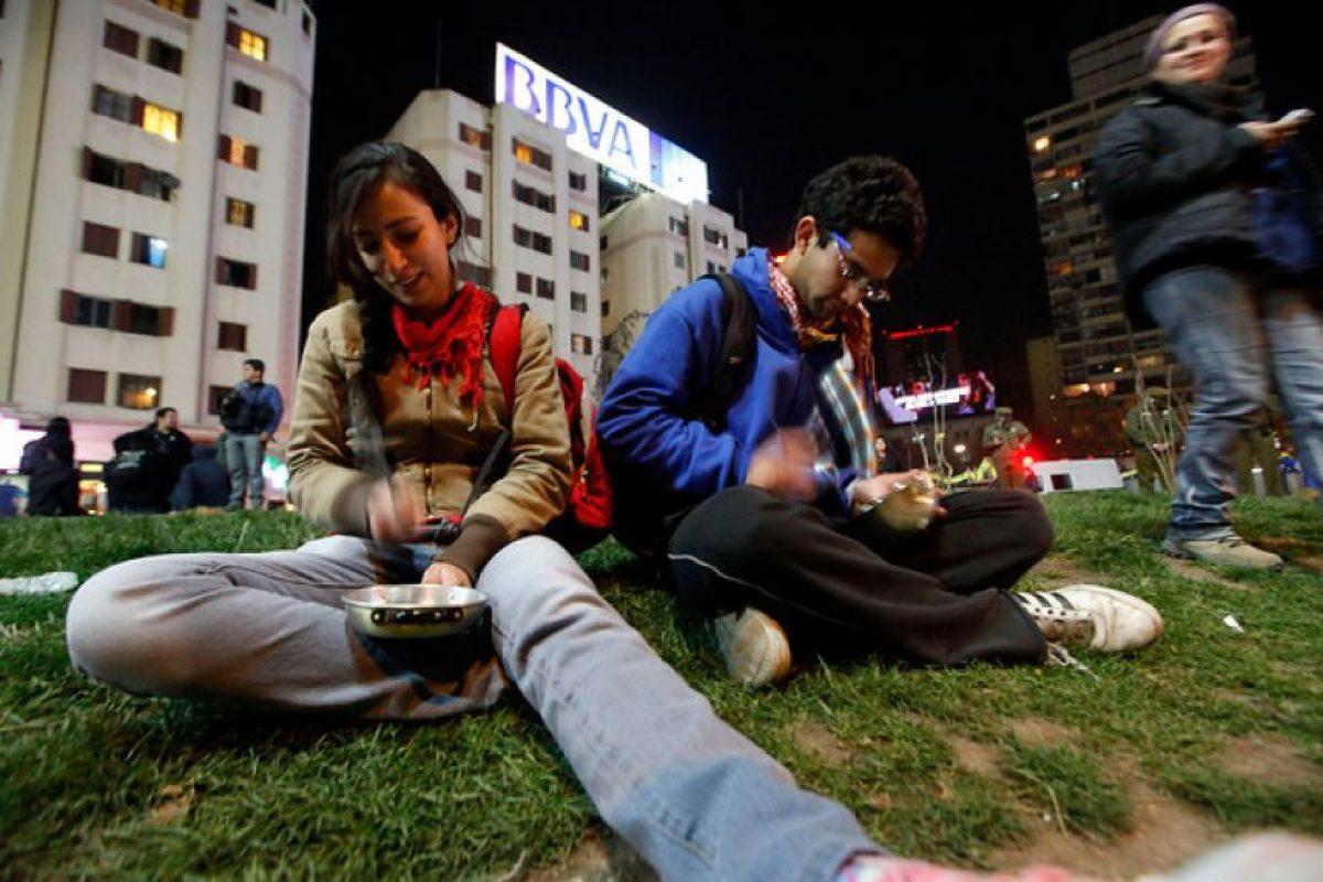 """Un grupo de manifestantes llegó a Plaza Italia alrededor de las 20:30, para dar vuda a un nuevo """"cacerolazo"""" en apoyo a las demandas por una educación gratuita, pública y de calidad, además de mejoras en las condiciones de igualdad para el país. Foto:Agencia Uno. Imagen Por:"""