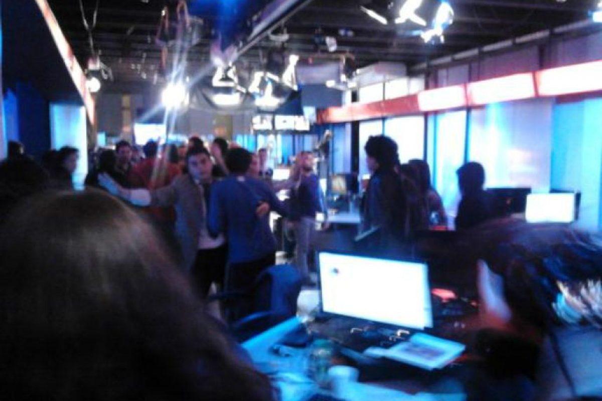 La protesta al interior del Departamento de Prensa de Chilevisión. Foto:Tomada de Twitter. Imagen Por: