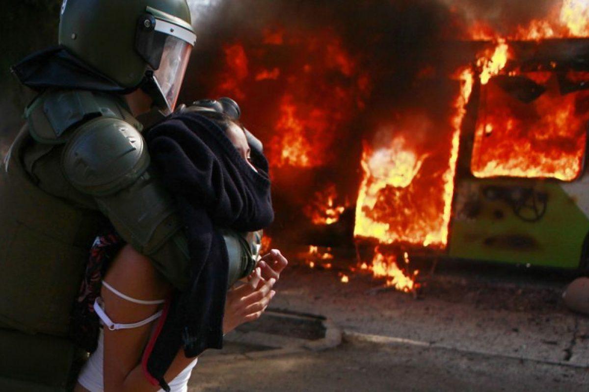 Tres buses del Transantiago quemados, detenidos, daños a la propiedad pública y privada y una serie de acusaciones cruzadas dejó el intento de marcha por parte de estudiantes en el centro de Santiago. El gobierno responsabilizó a los dirigentes, mientras que la Confech denunció un montaje.. Imagen Por: