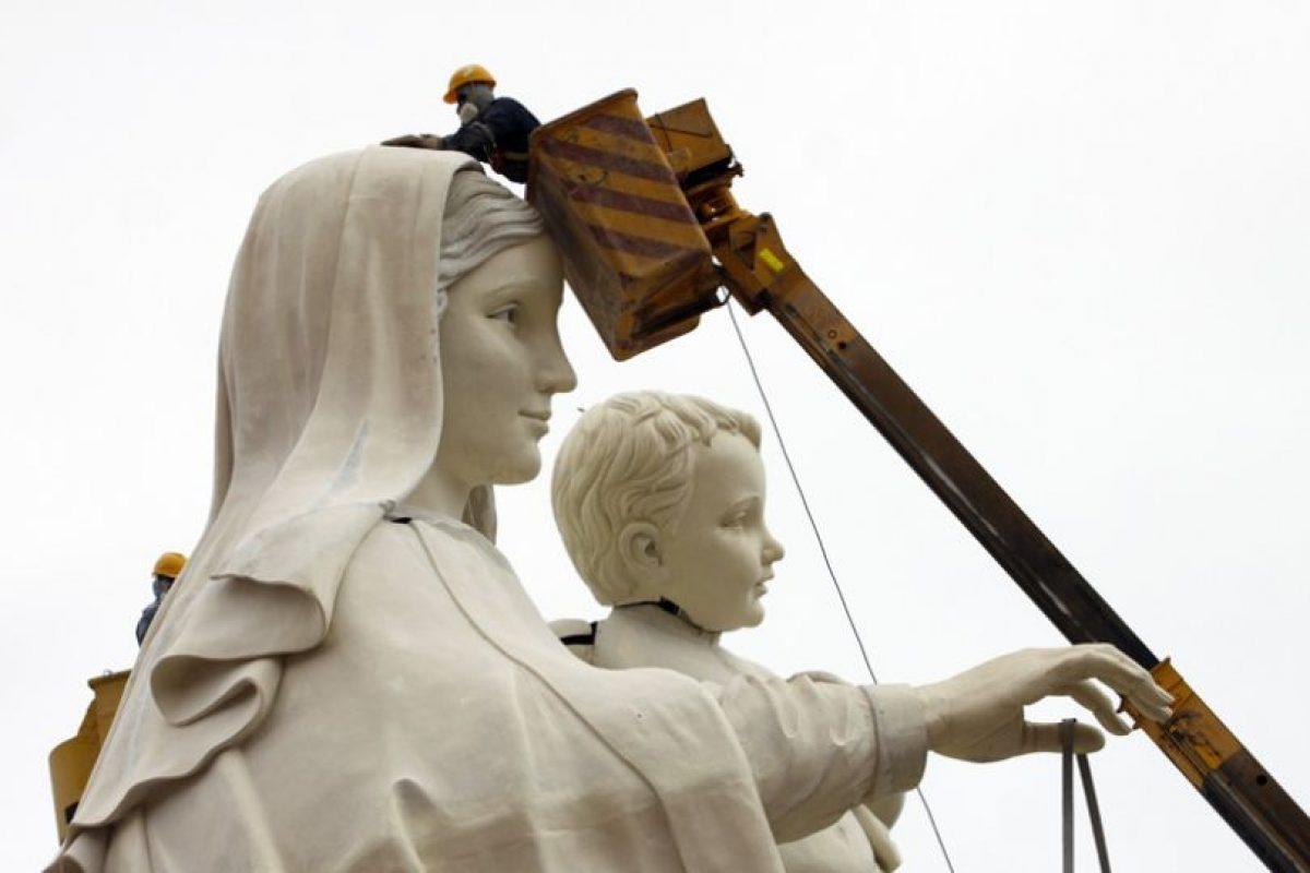 Imagen de la estatua de la Virgen del Carmen, traída desde Arequipa, Perú. El monumento, que tiene 57 partes, mide 19.5 mts. y esta hecha de fibra de vidrio y resina antiacida, es la principal atracción del parque Bicentenario Punta Gruesa, el cual se construye a 8 kilómetros de Iquique. Ahí se expondrán diferentes objetos y trajes de la Fiesta de La Tirana.. Imagen Por: