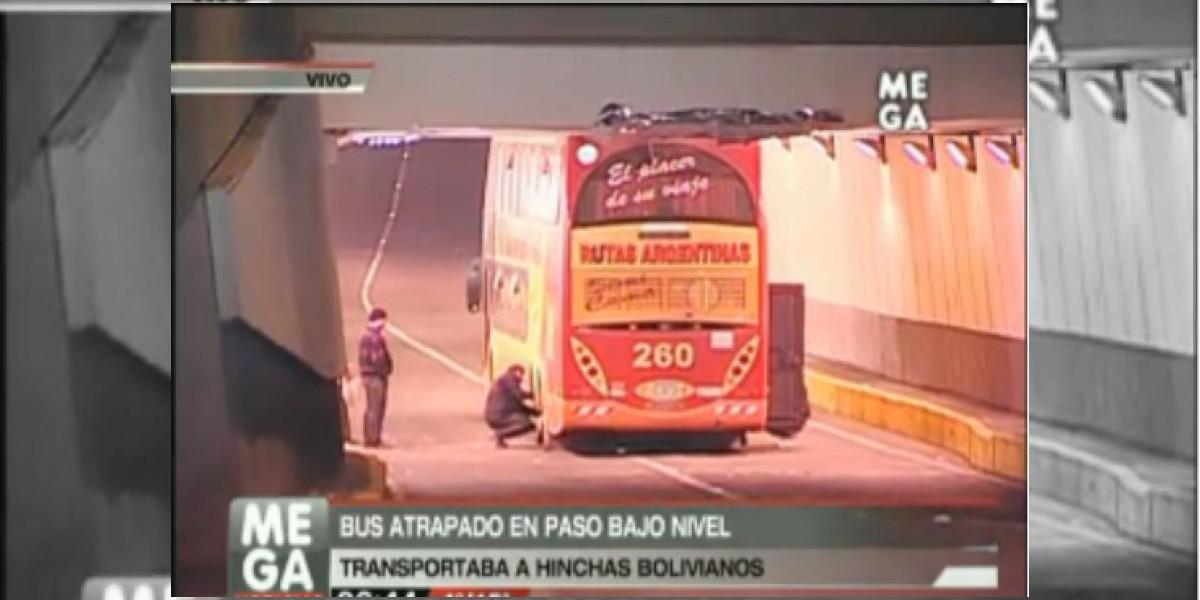 Bus con hinchas bolivianos queda atrapado en paso bajo nivel de Santiago