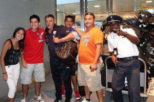 Una decena de compatriotas llegaron este lunes al aeropuerto JFK de Nueva York para recibir a la Selección Chilena, la cual juega este miércoles con Ecuador en un duelo amistoso de cara a las próximas fechas eliminatorias.. Imagen Por: