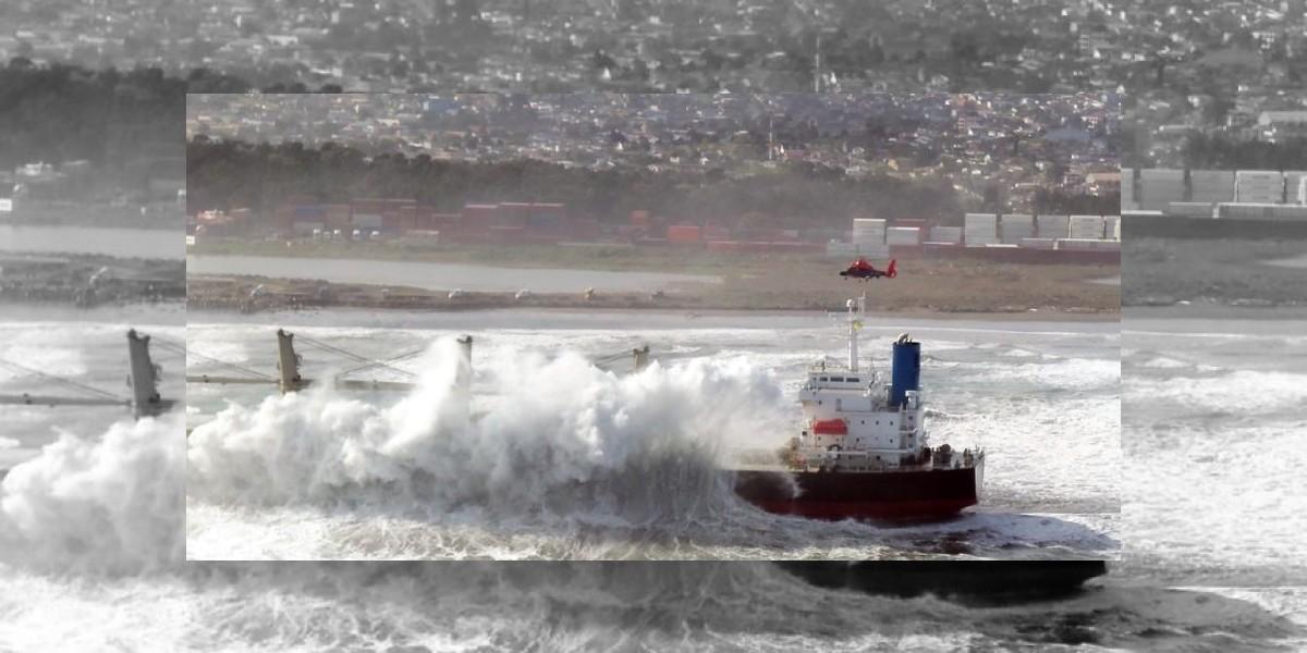 Armada evacuó con éxito a tripulantes del buque varado en Llolleo