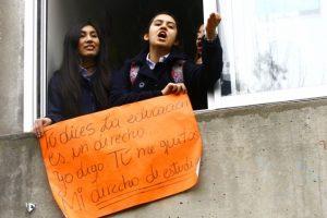 """Alumnas del Liceo 7 de Providencia se """"tomaron"""" el recinto, pese a que en el interior varios cursos no están de acuerdo con esta medida de presión. Las disidentes demostraron su inconformidad mediante carteles dirigidos a sus compañeras.. Imagen Por:"""