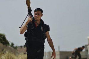 Esta es la imagen que ha sido objeto de comentarios a nivel mundial por la actitud del rebelde sirio, del cual se desconoce su identidad. Foto:AP. Imagen Por: