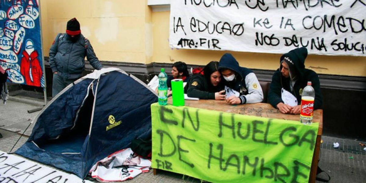 [FOTOS] Alumnos del Insuco en huelga de hambre se instalan con carpas en frontis de la U. de Chile