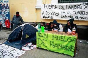 """Alumnos del Insuco 2 se declaran en """"huelga de hambre"""" en la entrada de la U. de Chile, en plena Alameda. Los estudiantes se trasladaron a ese lugar tras ser desalojados esta mañana en las afueras de su liceo, luego que se encadenaran a uno de los accesos anoche. Foto:Agencia Uno. Imagen Por:"""
