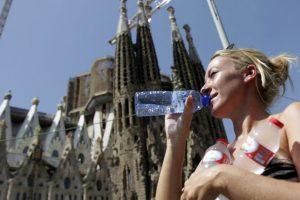 La ola de calor se mantiene inmutable En Europa. En la imagen se aprecia una turista con tres botellas de agua en la basílica de la Sagrada Familia de Barcelona. Anoche, en esa ciudad se registró una temperatura mínima de 26º, en un fenómeno muy parecido a lo que sucede en las zonas tropicales.. Imagen Por: