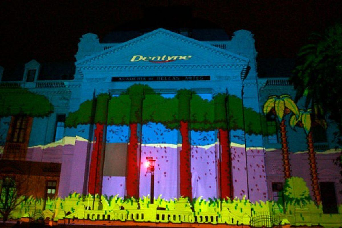 """""""Dentyne by Trident"""" realizó esta noche el primer mapping interactivo en el país, donde los transeúntes pudieron de manera inédita, jugar en tiempo real un clásico videojuego de los 80′ """"Duck Hunt"""", el cual fue proyectado en el frontis del MAC. Foto:Agencia Uno. Imagen Por:"""