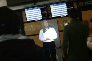 El aeropuerto de Santiago implementó un nuevo sistema el cual consiste en un holograma de una Mujer. Mediante esta iniciativa, los pasajeros ahora pueden obtener información sobre las cosas que pueden llevar en el viaje.. Imagen Por: