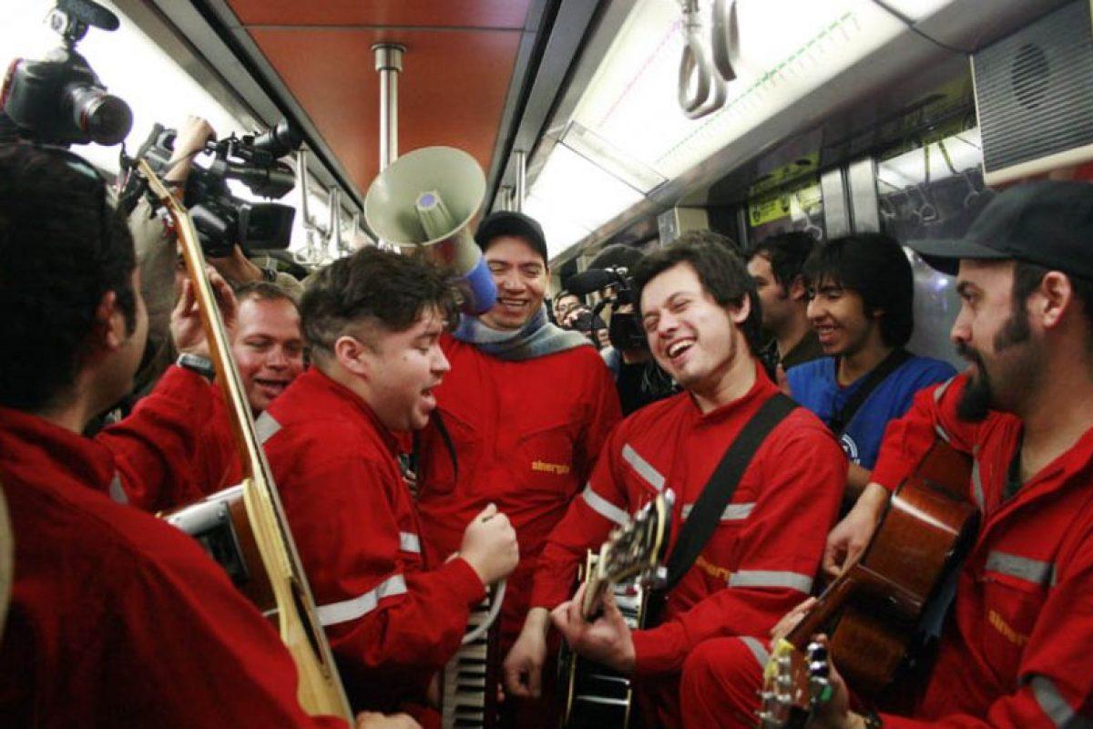 """on una versión acústica, la banda nacional Sinergia se presentó en los vagones del Metro y realizó una posterior tocata en la estación Tobalaba, en el marco del programa """"Música de Estación"""" que organiza periódicamente la empresa. Obviamente su presencia revolucionó a los pasajeros y puso una cuota de alegría en el viaje del tren subterráneo.. Imagen Por:"""