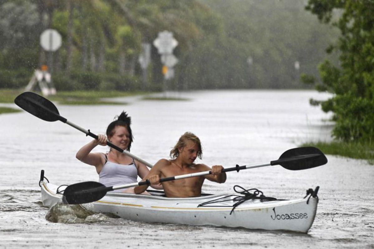 Dos jóvenes circulan en Kayak por las calles inundadas de Goodland, en Florida, una de las tantas localidades afectadas con el paso de la tormenta Isaac. El fenómeno se intensificó al aumentar sus vientos a 110 kilómetros por hora y está a punto de convertirse en huracán en ruta hacia la costa norte del Golfo de México.. Imagen Por: