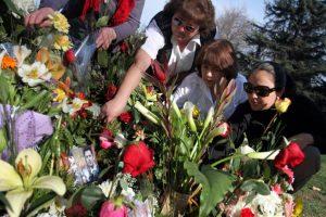 En la imagen la tumba simbólica de Felipe Camiroaga en el Parque del Recuerdo. Todos los fines de semana se llena de flores, peluches y mensajes. Vale recordar que este domingo se conmemora un año del accidente de Juan Fernández, que costó la vida de 21 personas, entre ellas el animador de TVN.. Imagen Por: