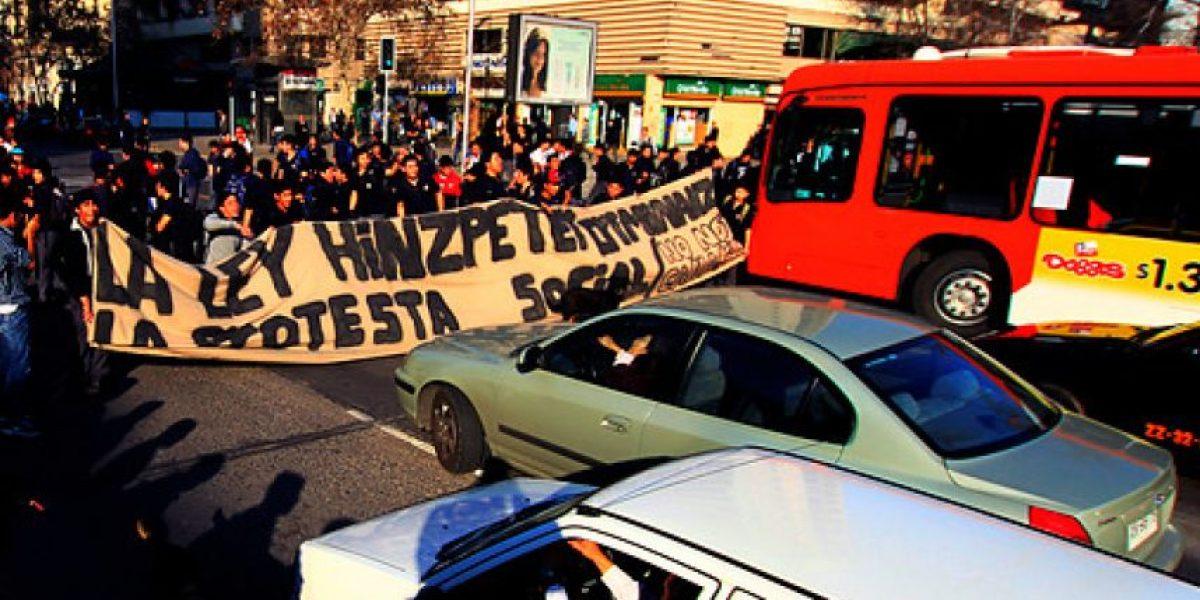 [FOTOS] Estudiantes secundarios interrumpieron tránsito en plena Alameda