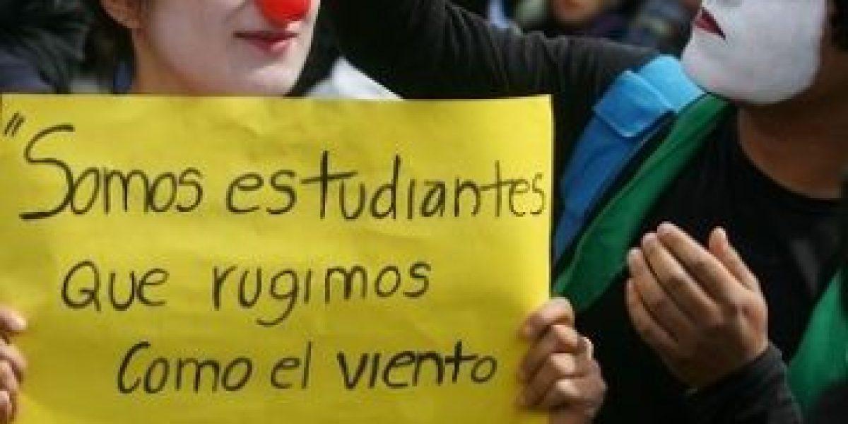 Afiches, besos, disfraces y hasta desnudos marcaron la marcha de estudiantes