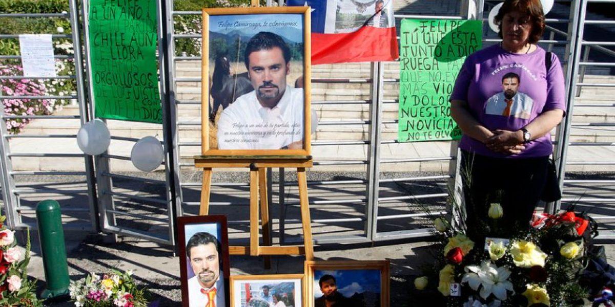 [FOTOS] Centenares de personas se congregan en frontis de TVN para recordar a Camiroaga