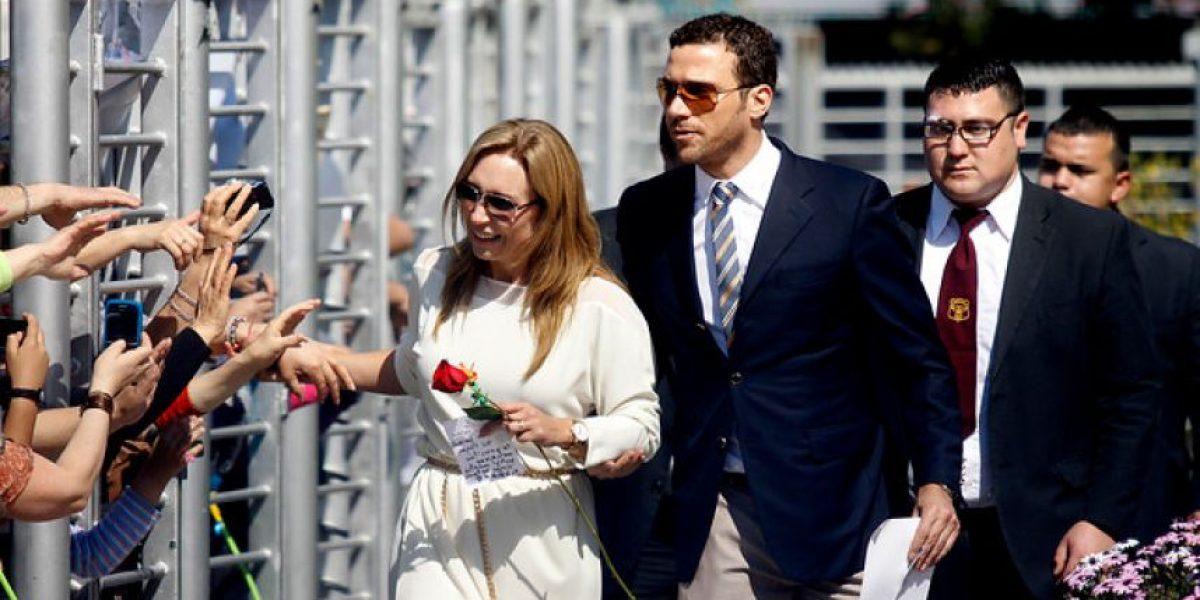 [FOTOS] Karen y Julián saludaron a personas que llegaron a TVN a recordar a víctimas de J. Fernández