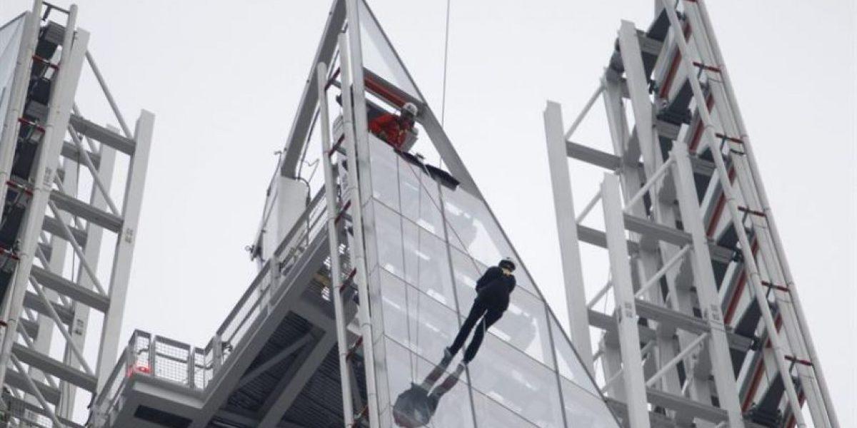 [FOTOS] El Príncipe Andrés de Inglaterra bajó por el edificio más alto de Unión Europea