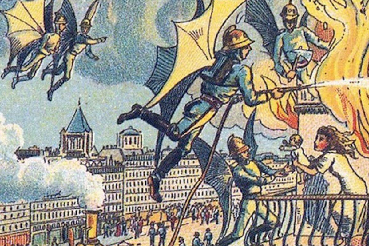 El ilustrador francés Jean-Marc Côté dibujó hace más de un siglo un mundo con bomberos voladores, maquillaje automático y un periódico parlante. La visión del artista y de otros dibujantes de 1899 acerca del futuro no deja de ser sorprendente. Con su imaginación, concibieron que los maestros procesarían los textos para transmitirles mediante tubos el conocimiento a los alumnos. La mayoría de las imágenes fueron producidas para la Exposición Universal realizada en el año 1900 en la ciudad de París. Luego, pasaron a decorar la caja de cerillas y de cigarrillos de ese entonces y, más adelante, a ser postales y láminas. En la foto, bomberos alados Foto:Infobae. Imagen Por:
