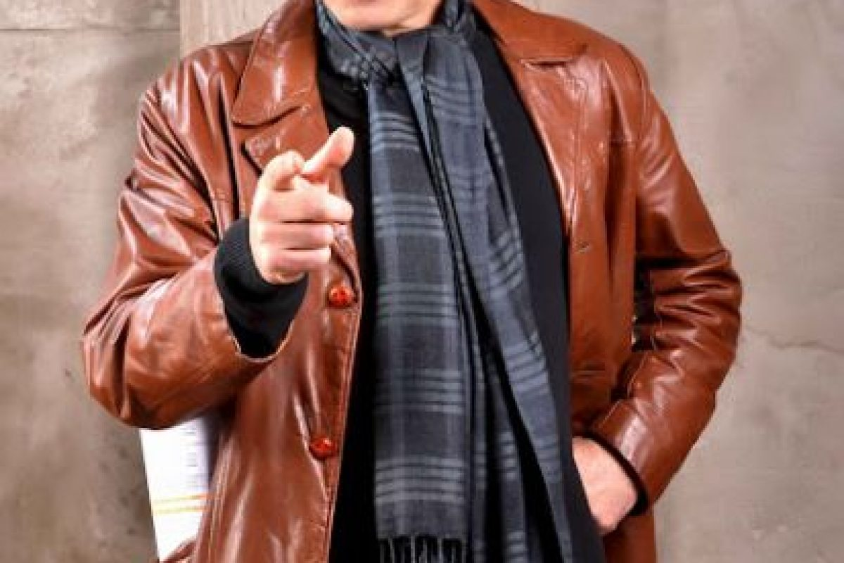 """Emilio Marambio ( El gozador irresponsable): Emilio le gusta vestirse con ropa a la moda, pero que combina con elementos de los años 80's, lo cuales delatan su verdadera edad. Es un farrero de tomo y lomo, chanta por naturaleza y muy mentiroso. Él está convencido que es un artista, un cineasta que escribe el guión de una película desde que estaba estudiando, pero nunca lo ha terminado. Así como vive a medias no resultó extraña que Macarena, su mujer, lo abandonara cansada de sus sueños infantiles. Pese al dolor que le causó la separación, está convencido que su oportunidad para saltar a la fama está llegando. Dice que le cuesta hablar con palabras porque piensa en imágenes. Y mientras vive en ese mundo de ensueño se las ingenia para no pagar el arriendo, prometiendo siempre que el próximo mes los va a sorprender a todos. Asegura que apenas salga el presupuesto para su película, en la que le tiene prometido un papel a todos sus amigos, y por supuesto a cada una de las mujeres que se cruzan en su camino, él pagará todas sus deudas. Un auténtico """"Canitrot"""" de estos tiempos.. Imagen Por:"""