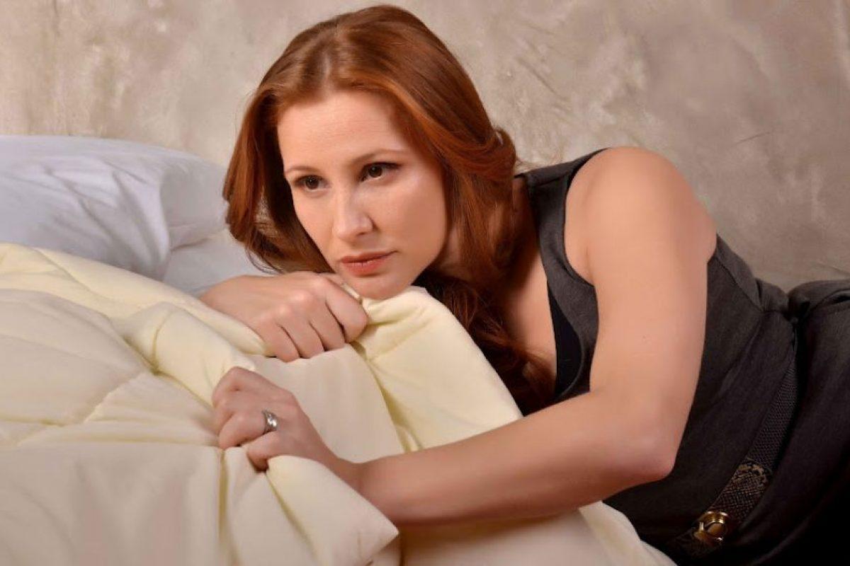 Verónica Infante ( La gorreada): Verónica es ama de casa, muy buena madre y abnegada esposa. Siempre ha tratado de no involucrar a su hija en los conflictos con Jaime y, por cierto, que ni siquiera sospechen cómo es su papá. Verónica ha sido siempre una mujer muy insegura que tiene pavor de perder a Jaime. Es por eso que cada vez que éste ha tenido una aventura, ella trata de no ver y se siente un poco culpable. Como sabe que Jaime es insaciable y ella muere por él está autoconvencida de que logrará cambiarlo. Peromientras sigue soñando que Jaime recapacitará es la auténtica esposa gorreada a destajo. Cuando por fin se separe seguirá enganchada de Jaime celándolo bastante. Y aunque su amiga Carolina trata de despercudirla presentándole amigos, Verónica no logrará distraerse y hasta cometerá errores en esos encuentros que espantarán a los candidatos. Las cosas se complicarán cuando comience a ver a Pedro con otros ojos mientras, se supone, está ayudando a su mejor amiga a recuperar su matrimonio.. Imagen Por: