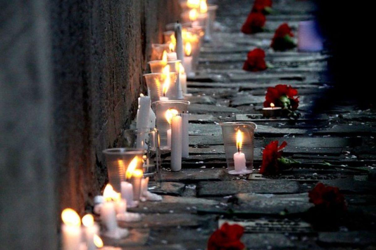 Como cada 11 de Septiembre, agrupaciones de DDHH y de detenidos desaparecidos,rinden homenaje a los cientos de chilenos que pasaron por el centro de tortura de calle Londres 38. Las velas que se prenden representan el espíritu de los que ya no están,en el marco de la conmemoración número 39 del golpe militar. Foto:Agencia UNO. Imagen Por:
