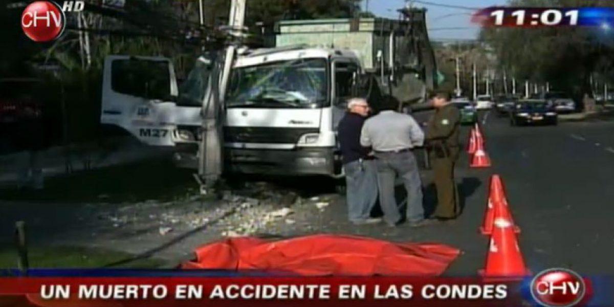 Chofer de camión muere al estrellarse contra un poste de luz en Las Condes