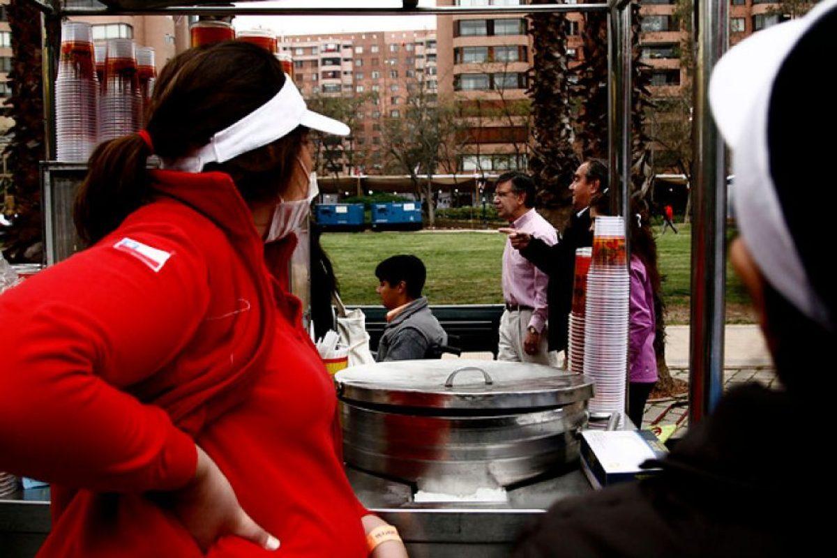 Joaquín Lavín y un grupo de niños con discapacidad física y mental recorren la primera fonda delicada a jóvenes con discapacidad, usando el sistema braille en sus menús, rampas de acceso, señalética, entre otras comodidades. Foto:Agencia UNO. Imagen Por: