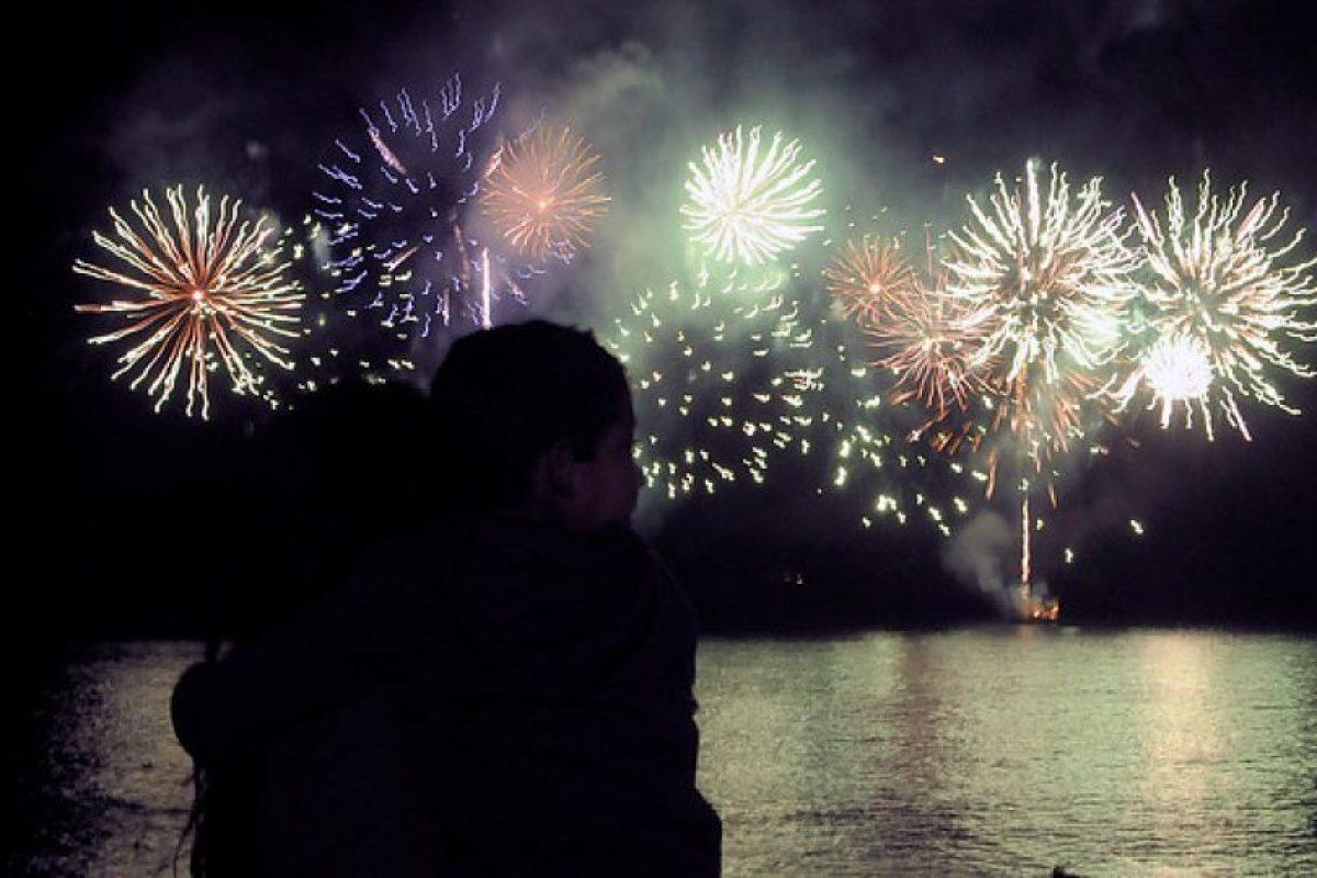 Con fuegos artificiales Viña del Mar da la bienvenida a los turistas que pasarán las Fiestas Patrias en la región Foto:Agencia UNO. Imagen Por:
