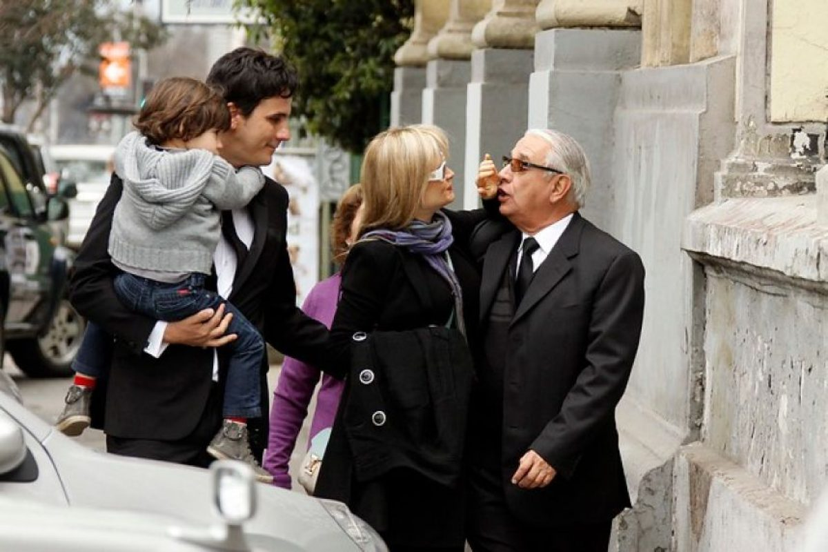 La cantante Nicole llegó junto a su marido, el animador Sergio Lagos, y su pequeño hijo León, a darle el último adiós a su madre, quien falleció este domingo víctima del cáncer. Foto:Agencia UNO. Imagen Por: