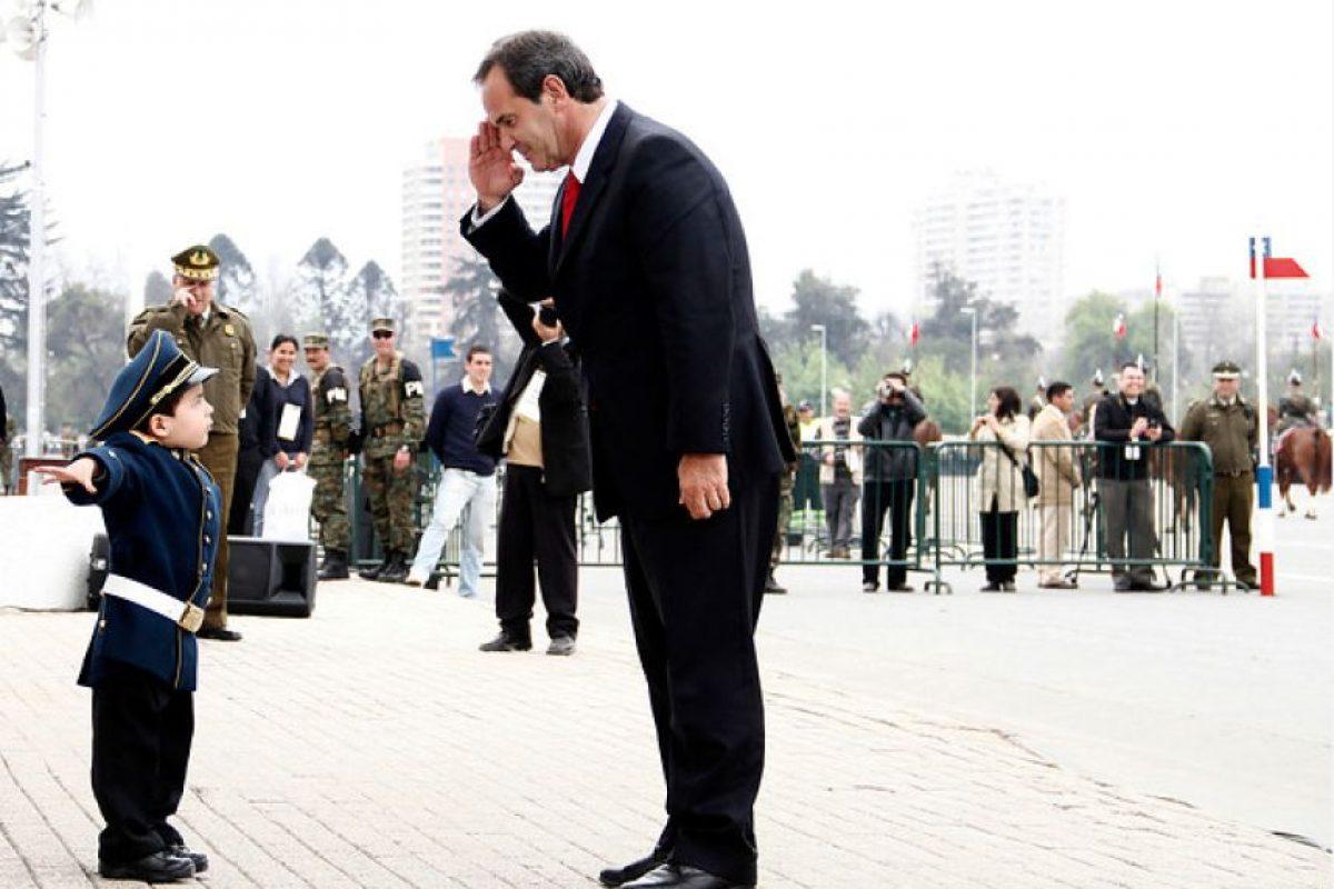 Durante los preparativos esta mañana para la Gran Parada Militar del próximo 19n de septiembre, el ministro de Defensa, Andrés Allamand, tuvo que rendir honores a un curioso uniformado que llegó al Parque O'Higgins. Foto:Agencia Uno. Imagen Por: