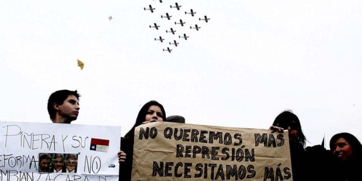 [FOTOS] Estudiantes se manifiestan con pancartas en la Parada Militar