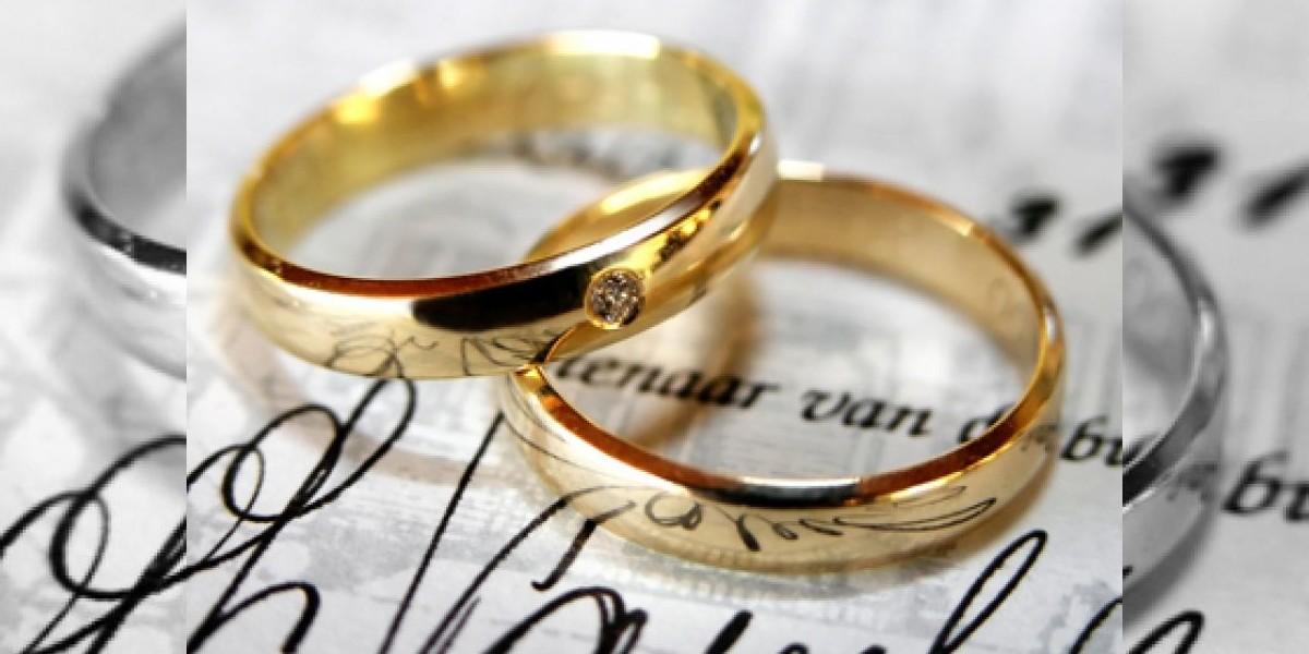 Mujer lanza su anillo de bodas al espacio tras su divorcio