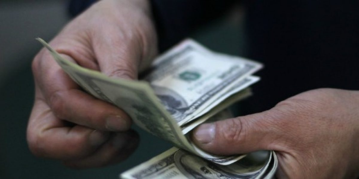 El dólar cae por debajo de los $470