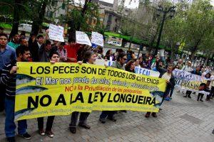 """Este sábado un grupo de personas de diversos movimientos sociales se manifestaron en las afuera del Hotel Crowne Plaza en contra del primer """"Encuentro Pro Inversión y Competitividad"""". Foto:Agencia UNO. Imagen Por:"""