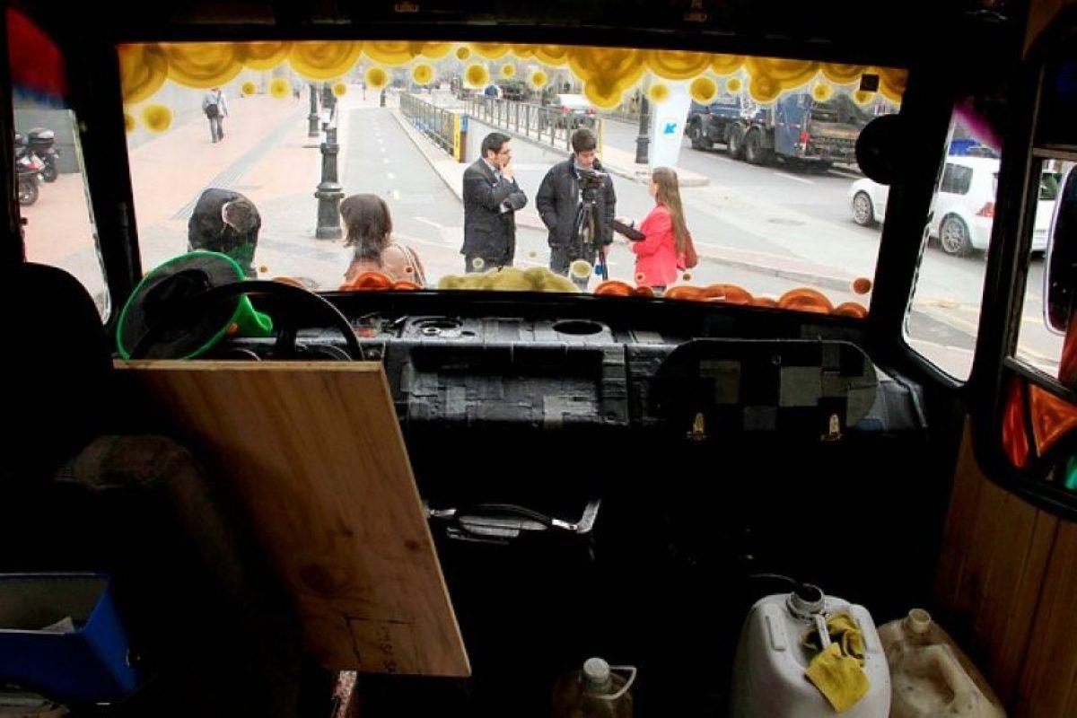 """En la universidad San Sebastian se llevó a cabo lanzamiento de la """"Eco Micro"""", antigua máquina Mercedes Benz que recorrerá Chile utilizando aceite reciclado como combustible, para promover la conciencia ecológica. Foto:Agencia UNO. Imagen Por:"""